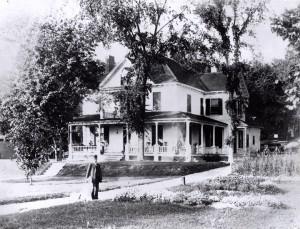 William Stephen Bullock devant sa résidence de Roxton Pond. Coll. Brome County Historical Society.