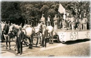Le char allégorique des Chevaliers de Carillon commémorant  l'arrivée de Jacques Cartier tel que présenté lors du défilé de 1934.  Fonds Pauline Lasnier, SHHY.