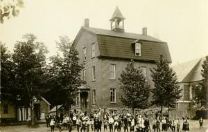 La deuxième école de garçons de Waterloo, construite en 1924. (© Fonds Ronald Parisien, SHHY)