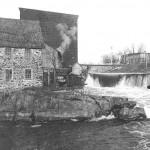 Emplacement du 1er barrage, à gauche le moulin à farine Miner, vers 1900.