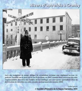 Ce policier, installé sur le pont de la rue Principale, en 1947, semble bien conscient de cette responsabilité. Derrière lui, l'édifice de la Giddings, Granby
