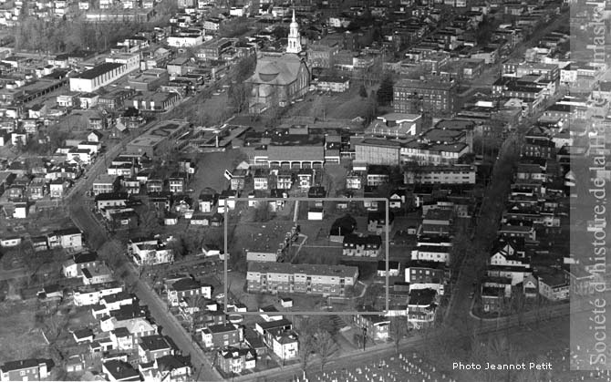 HLM du Carré joyeux construites dans le cadre des rénovations urbaines, en 1975, rue Assomption (fonds Jeannot Petit, SHHY)