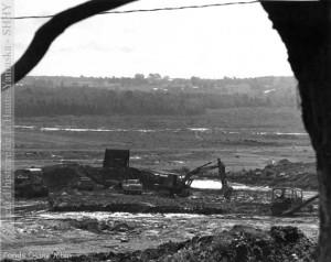 La première phase comprend le déboisement et l'essouchement d'une partie du territoire nécessaire à l'érection du barrage-réservoir. La Voix de l'Est, 16 sept. 1975