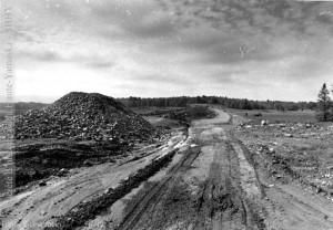 La digue principale mesure 970 m (3 400') de longueur et 25 m (90') de hauteur. La Voix de l'Est, 6 nov. 1976
