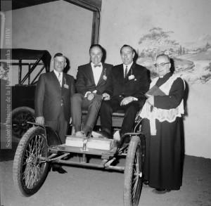 Sur cette photo, prise lors de l'inauguration du Musée de l'auto ancienne de Granby, en 1966, on aperçoit le maire Paul.O. Trépanier et le député de Shefford, Armand Russel, assis dans une Orient buckboard. Debout, à gauche, le propriétaire du musée, Maxime Choinière; à droite, le curé de la paroisse Saint-Joseph. Situé dans la rue Bourget, le Musée de l'auto ancienne a fermé ses portes en 1985. Fonds Jean-Paul Matton, P042-S002-D007-P014