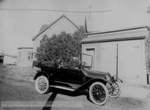 Walter Legge, propriétaire du journal hebdomadaire The Granby Leader- Mail, était un passionné d'automobile, comme en témoigne cette photo de 1925, où on le voit au volant de sa voiture, dans la rue City. Collection Société d'histoire de la Haute-Yamaska, P70-S27-SS05-SSS05-D1-P01