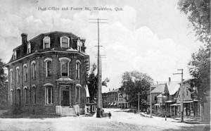 Waterloo à l'angle des rue Foster et de la Cour, en 1913. (Carte postale: Rumsey & Co., Toronto)