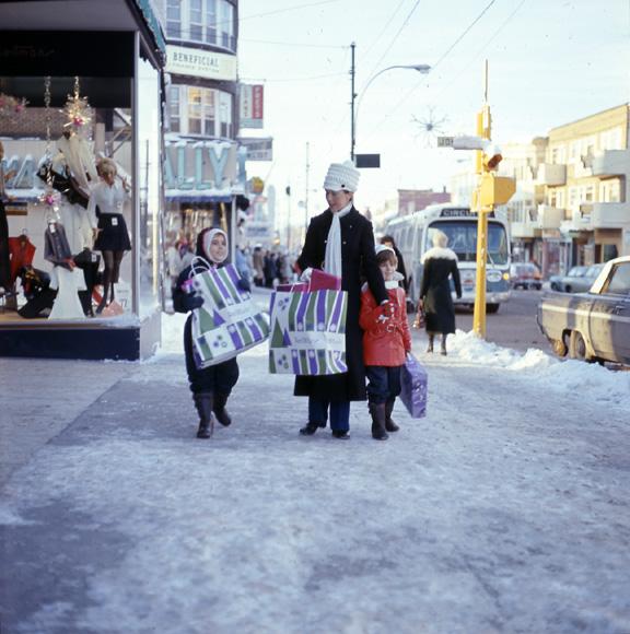 Magasinage du temps des Fêtes dans la rue Principale à Granby (Fonds Jeannot Petit, Société d'histoire de la Haute-Yamaska)
