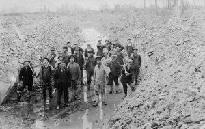 Travailleurs qui ont participé au creusage de la rivière Mawcook, en 1917 (Collection Sylva Gousy)
