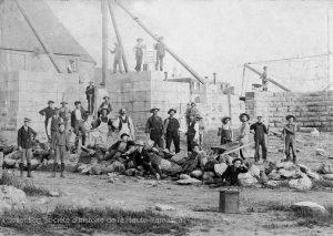 Les débuts de la construction de l'église Notre-Dame, en 1899. (Fonds Ellis Savage, SHHY)