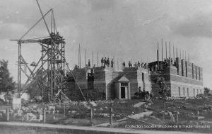 En 1904, après quatre ans d'interruption, la construction de l'église reprend. (Collection SHHY)