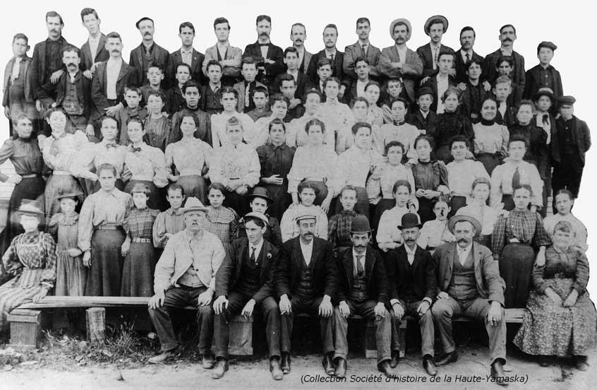 Les employés de la Payne Cigars, vers 1900. Parmis eux, l'on constate la présence de nombreux enfants. (Collection Société d'histoire de la Haute-Yamaska)