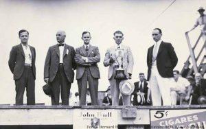 Deuxième à partir de la gauche, William H. Miner, membre de la Société d'agriculture du comté de Shefford, participe à la remise de la Coupe Bona Dusseault, lors de l'édition 1937 de l'exposition agricole de Shefford, tenue à Waterloo. (Fonds Bernard Brodeur, SHHY)