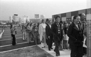 Les membres du CCB expriment une dernière fois leur désapprobation lors de l'inauguration du nouveau garage municipal, rue Édouard. (SHHY, fonds Jeannot Petit, P026-19731013)