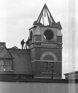 Démolition de la tour de l'édifice. L'horloge est actuellement exposée à l'hôtel de ville de Granby, dans la salle du conseil municipal. (© SHHY, fonds Jeannot Petit, P026-19731016)