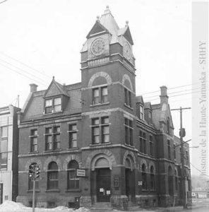 C'est à l'été de 1973 que la nouvelle de la démolition de l'ancien bureau de poste se répand, engendrant l'indignation d'une partie de la population.