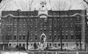 Les écoles Sacré-Cœur pour garçons (ci-dessus), la Présentation de Marie, pour filles et le Granby High School sont invitées à fermer leurs portes. (Fonds Pauline Lasnier, Société d'histoire de la Haute-Yamaska)