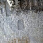 Partie des armoiries sculptées sous le fonds du sarcophage romain. On entrevoit la tête de l'aigle et les deux tours du château. (Coll. Société d'histoire de la Haute-Yamaska)