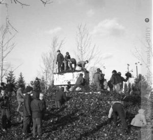 En décembre 1958, le sarcophage est pris d'assaut par des enfants venus assister à l'inauguration du magasin de la chaîne Marché Spot, situé à proximité du parc Pelletier. (Société d'histoire de la Haute-Yamaska, fonds P042 Jean-Paul Matton)
