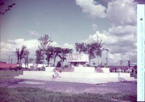 La fontaine du parc Pelletier, créée à partir du sarcophage romain, telle qu'elle apparaissait dans les années 1960. (Société d'histoire de la Haute-Yamaska, fonds P055 Horace Boivin)