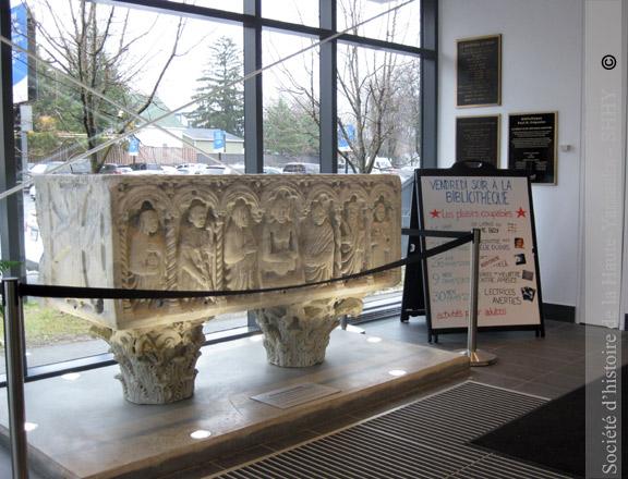 Depuis son installation dans le hall d'entrée de la bibliothèque municipale de Granby, le sarcophage romain ne cesse d'attirer les regards de tous ceux qui fréquentent ce lieu de savoir.
