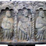 Une partie du côté chrétien du sarcophage, sur lequel ont été sculptés Marie Madeleine, un saint militaire portant une croix et une épée (peut-être saint Maurice) et la Vierge. (Coll. Société d'histoire de la Haute-Yamaska)
