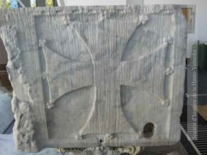 Un des deux côtés étroits du sarcophage, sur chacun desquels une croix est sculptée. Les chercheurs ne connaissent pas encore la raison de la présence de ce type de croix.