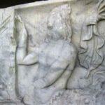 Les bas-reliefs du côté païen auraient été volontairement endommagés au XIVe siècle, quand le sarcophage a été encastré dans un mur. (Coll. Société d'histoire de la Haute-Yamaska)