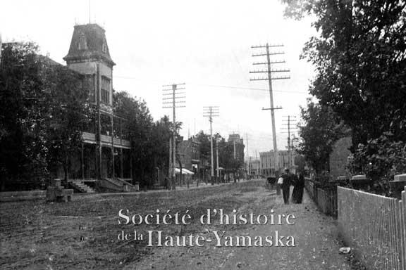 Granby est la première municipalité de la Haute-Yamaska à obtenir l'électricité. La rue Principale, au tournant du XXe siècle. ©Société d'histoire de la Haute-Yamaska, fonds Ellis Savage, P020-S005-P03
