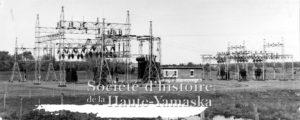 Sous-station Cleveland de la Southern Canada Power, coin boulevard Pierre Laporte et Bergeron, en 1959. ©Société d'histoire de la Haute-Yamaska, collection SHHY, P027-S27-SS2-SSS2-D05-P02