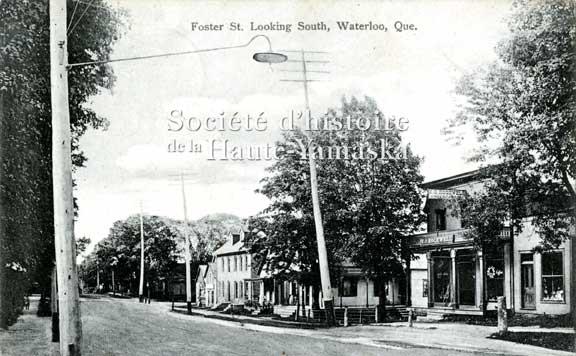 Poteaux électriques et lampadaires, rue Foster, à Waterloo. ©Société d'histoire de la Haute-Yamaska, collection SHHY, P070-CP-H026-P01