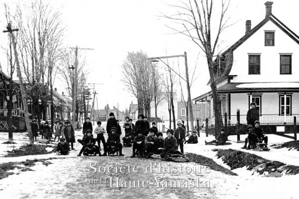 : Les citoyens de Roxton Pond obtiennent l'électricité en 1903. Ici, des enfants s'apprêtent à dévaler la rue Stanley. ©Société d'histoire de la Haute-Yamaska, collection SHHY, P070-H17-E1-1-P01