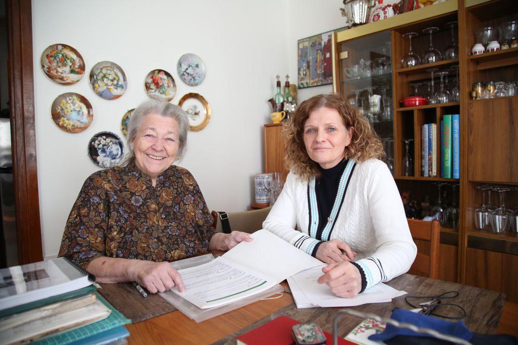 France Arbour et la directrice générale de la Société d'histoire de la Haute-Yamaska, Johanne Rochon. Photo Julie Catudal, La Voix de l'Est, 4 mars 2019